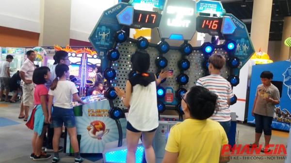 Các bé hứng thú với máy game tại khu vui chơi World Game.